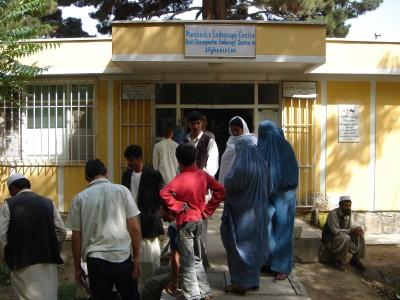 Menschen vor Klinikeingang